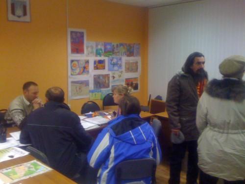 Николай Яковченко консультирует жителей Сиреневая, 33