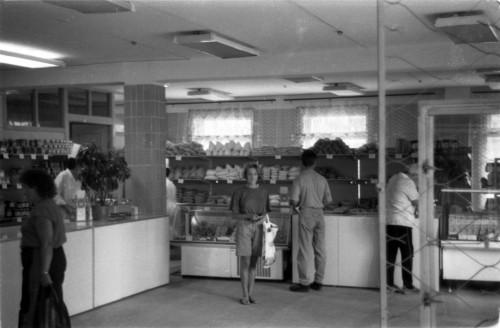 Продуктовый магазин на 1 этаже торгового комплекса на Вахтангова в 90-е г.г. 20 века.