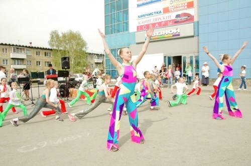 """Зажигательные танцы студии современного танца """"Маяк"""" и детского балета """"Белоснежка"""" (руководитель - С.Никитенко)"""