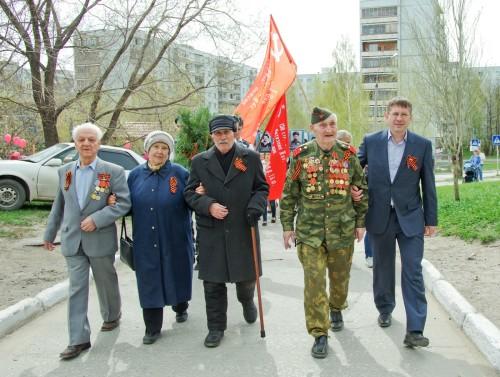 Возглавили шествие участник Великой Отечественной войны и труженики тыла