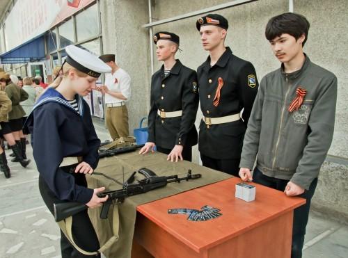 Молодежь училась разбирать и собирать автомат Калашникова