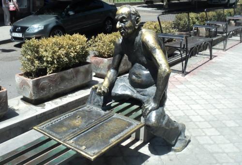 Памятник игроку в нарды в Ереване