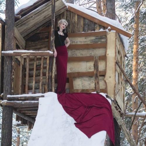 Дом на дереве. На фото: Анна Волирваг