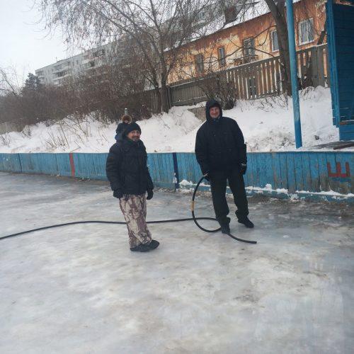 Участники заливки катка Дмитрий Четверухин и Павел Филонов, остальные участники - за кадром.