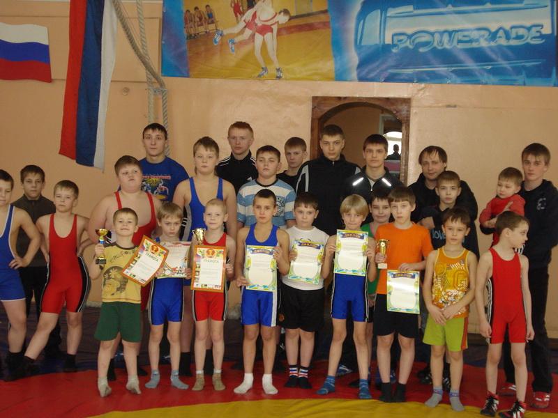 Победители и участники турнира по борьбе